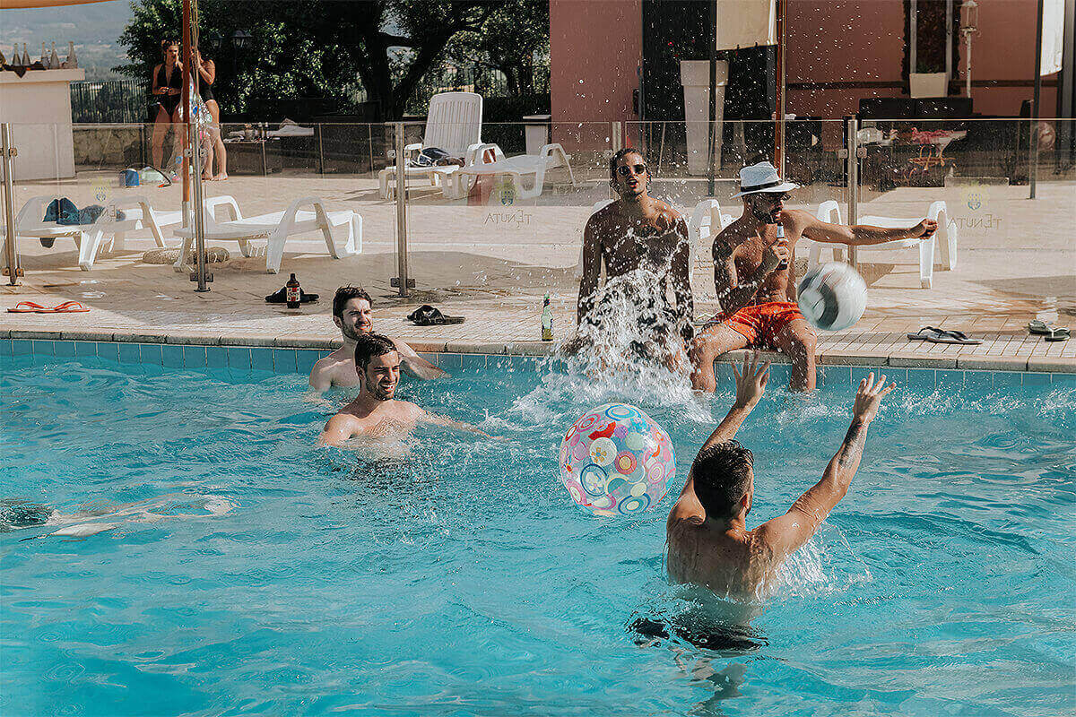 Agriturismo con piscina festa in piscina Tenuta Marchesi Fezia