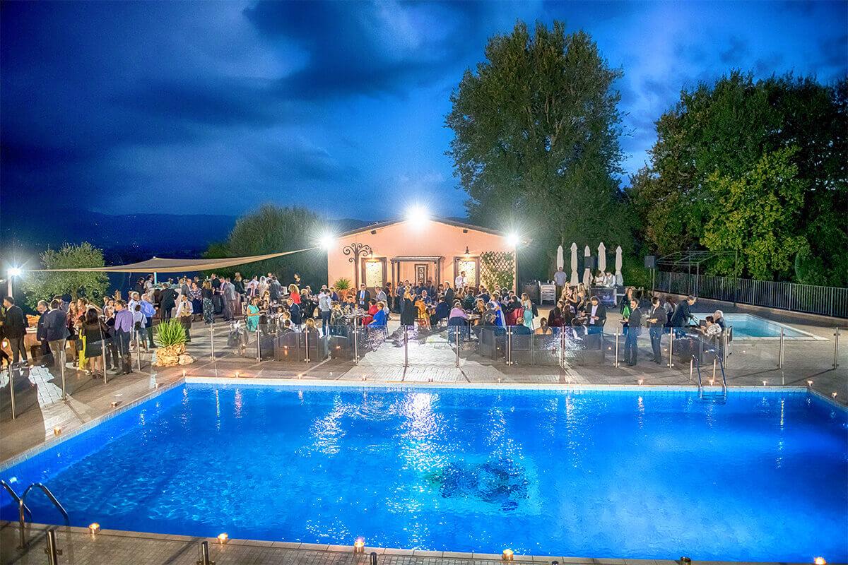 Agriturismo con piscina tavoli a bordo piscina Tenuta Marchesi Fezia