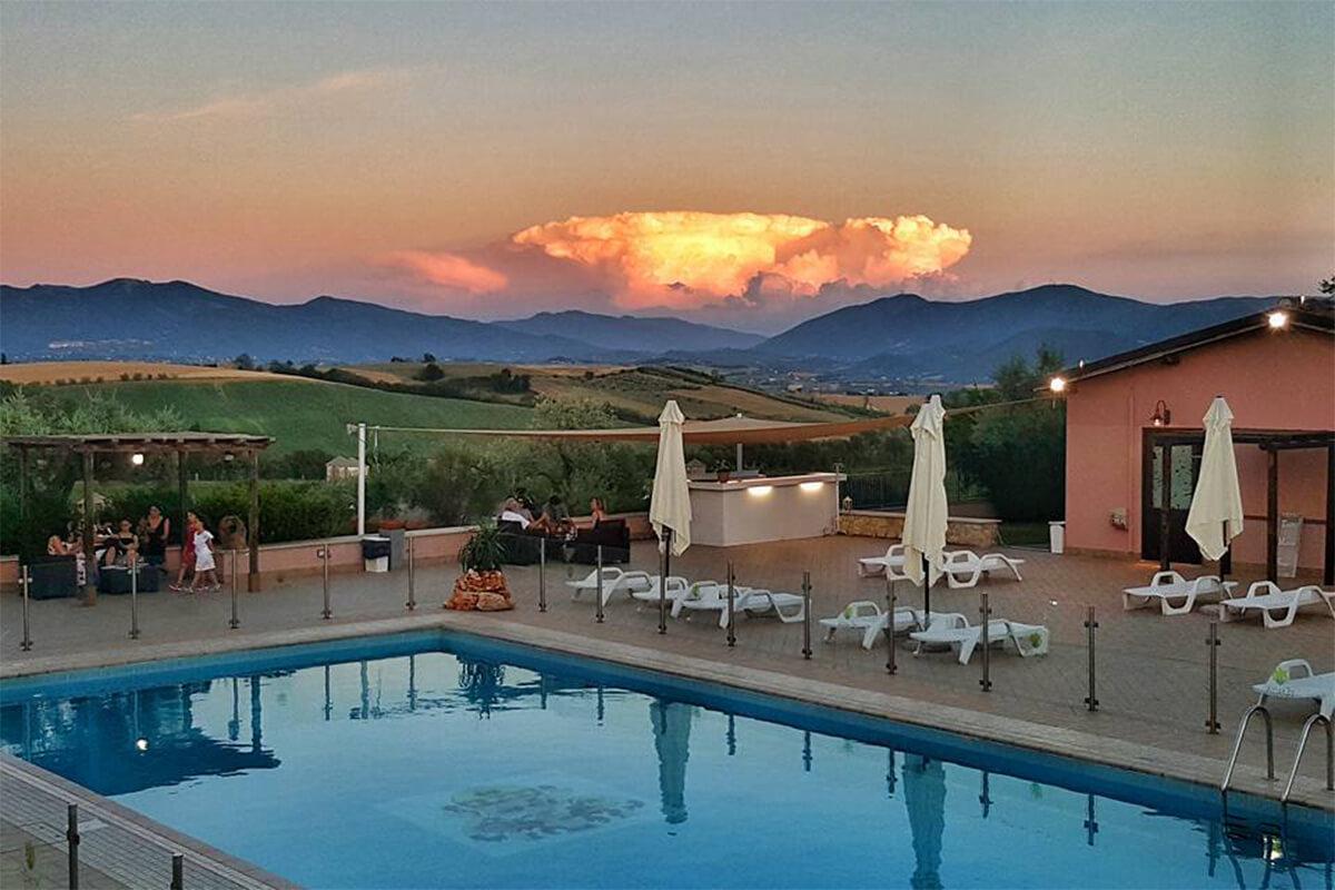 Agriturismo country house umbria tenuta marchesi fezia piscina al tramonto