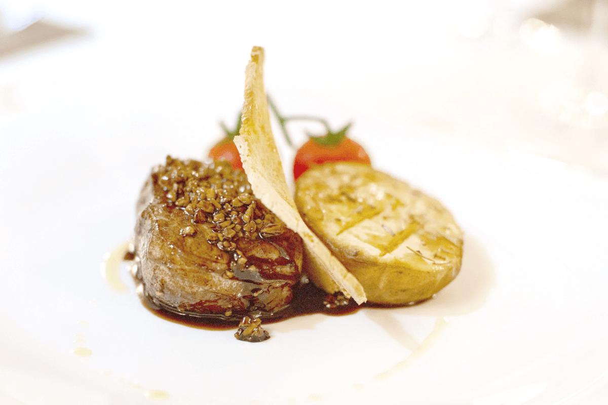 Ristorante Tenuta Marchi Fezia Narni Filetto di manzo scottato all'aceto balsamico miele e frutti di bosco con patate novelle