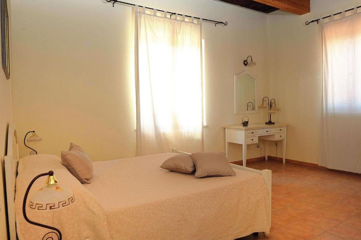 Vacanze in Umbria letto con cuscini e scrivania Tenuta Marchesi Fezia