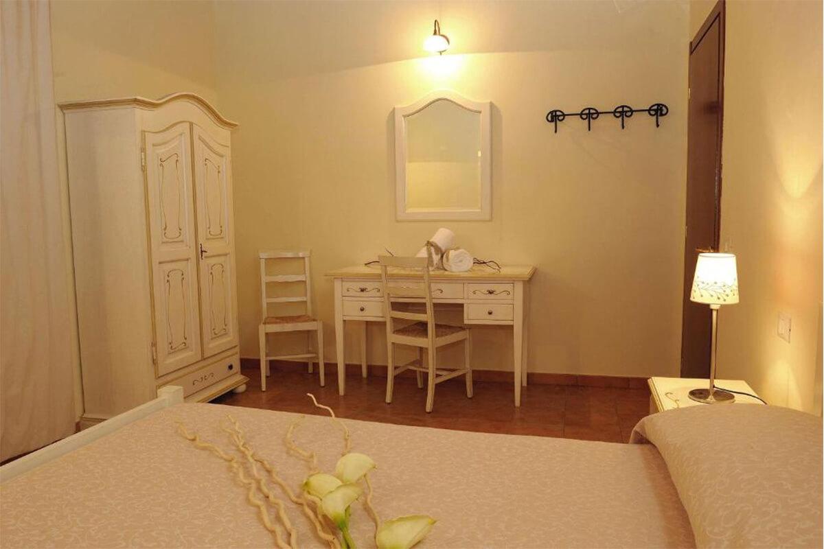 Vacanze in Umbria letto e scrivania Tenuta Marchesi Fezia